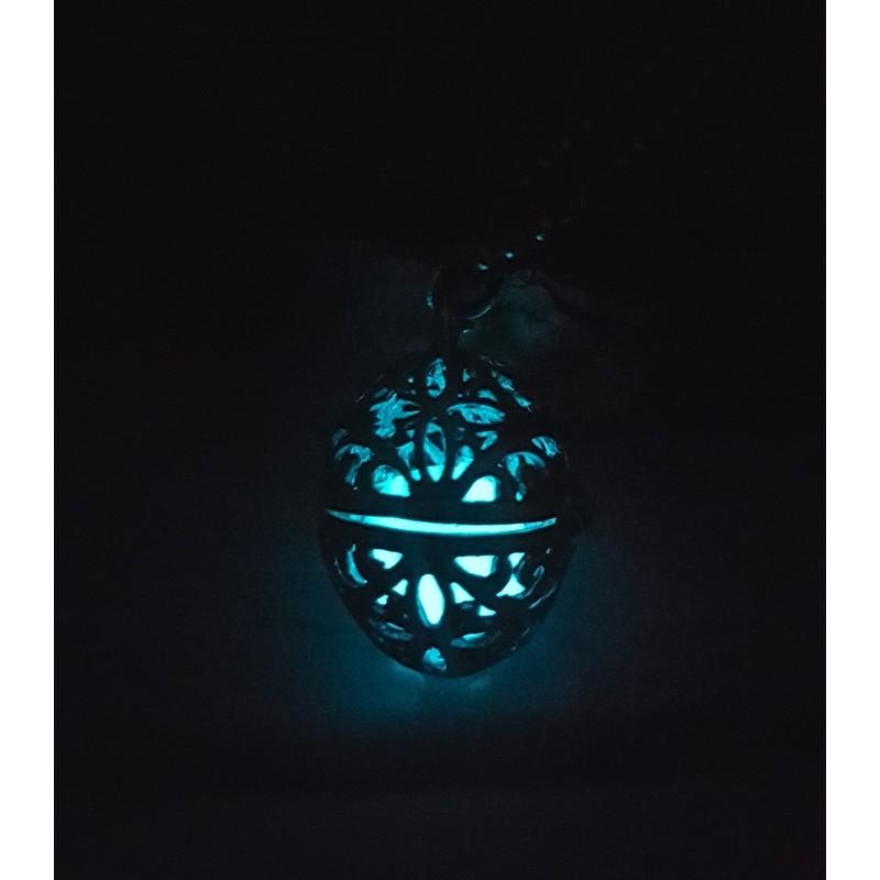 Collar con forma ovalada que brilla en la oscuridad